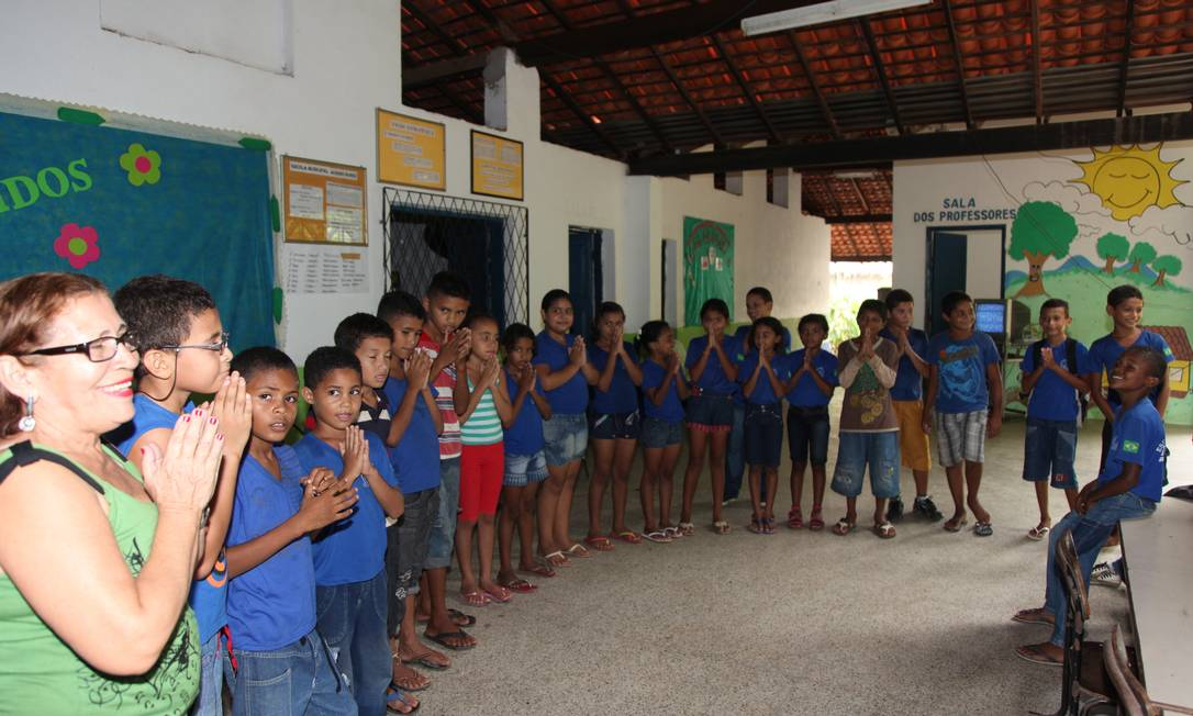 Irene Maria da Costa, vice-diretora da Escola Municipal Aurino Nunes, em Teresina, reza o Pai Nosso com os alunos Foto: Efrém Ribeiro