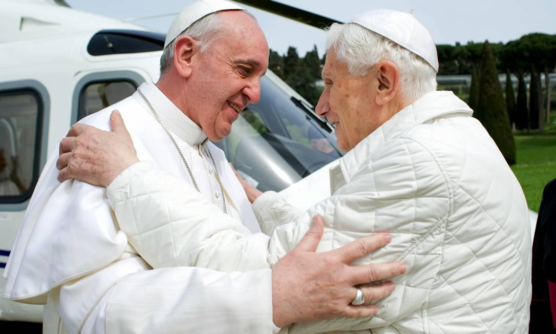 """Papa Francisco se encontra com Bento XVI, em Castelgandolfo, em foto divulgada pelo jornal do Vaticano """"L'Osservatore Romano"""" Foto: AP"""