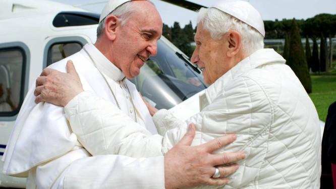 Papa Francisco se encontra com Bento XVI, em Castelgandolfo, em foto divulgada pelo jornal do Vaticano
