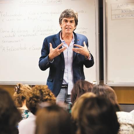 O professor Manoel Thomaz Carneiro fala para 90 mulheres no curso 'Capacidade de existir': as alunas anotam as lições no caderno e no tablet Foto: Mônica Imbuzeiro / Agência O Globo