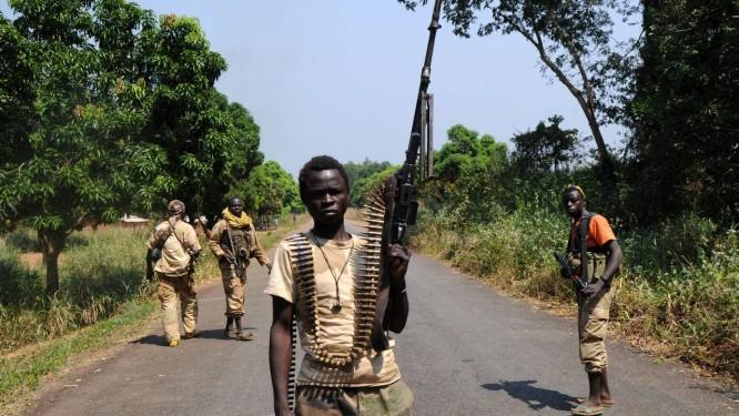 Membros da coalizão rebelde Seleka conquistam um vilarejo a 12 quilômetros de Damara, em foto do dia 10 de janeiro deste ano Foto: SIA KAMBOU / AFP