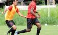 Renato Abreu domina a bola no Ninho do Urubu