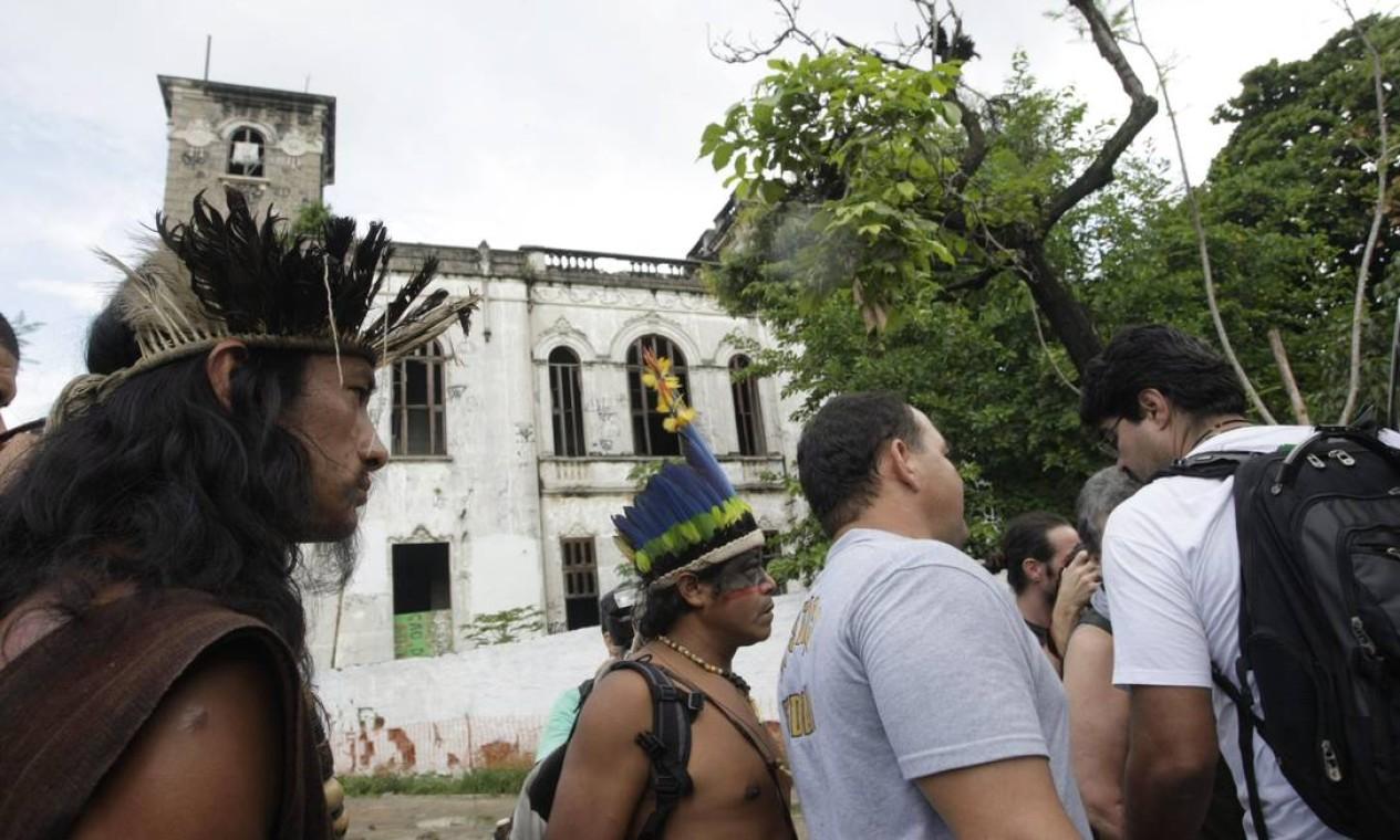 Indígenas em frente ao antigo museu, no Maracanã, neste domingo Foto: Hudson Pontes / Agência O Globo