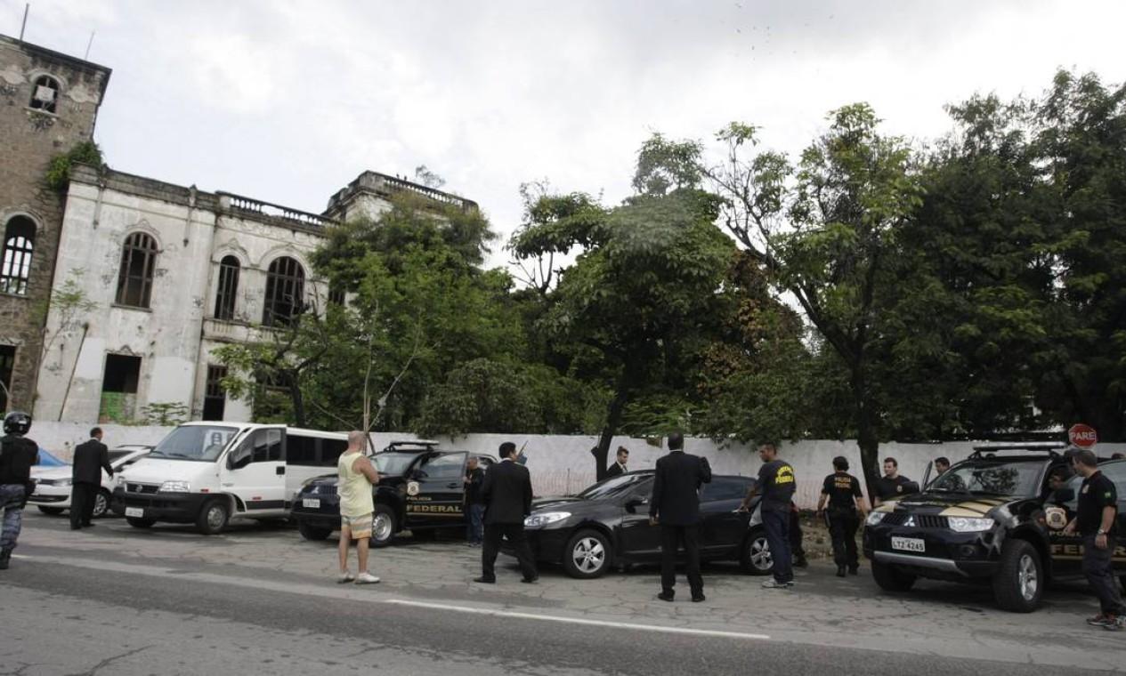 Integrantes da Justiça Federal chegam ao antigo Museu do Índio, no Maracanã, para inspecionar o espaço Foto: Hudson Pontes / Agência O Globo