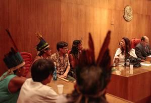 Os indígenas durante audiência pública neste domingo na sede da Justica Federal, no Centro da cidade Foto: Pedro Kirilos / Agência O Globo