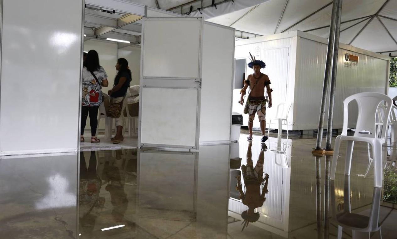Indígenas chegam ao novo alojamento em Jacarepaguá, na Zona Oeste do Rio Foto: Mônica Imbuzeiro / Agência O Globo