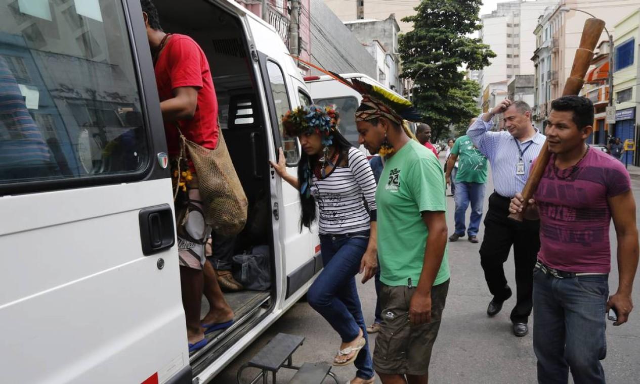 Indígenas embarcam em uma van com destino ao novo alojamento Foto: Mônica Imbuzeiro / Agência O Globo