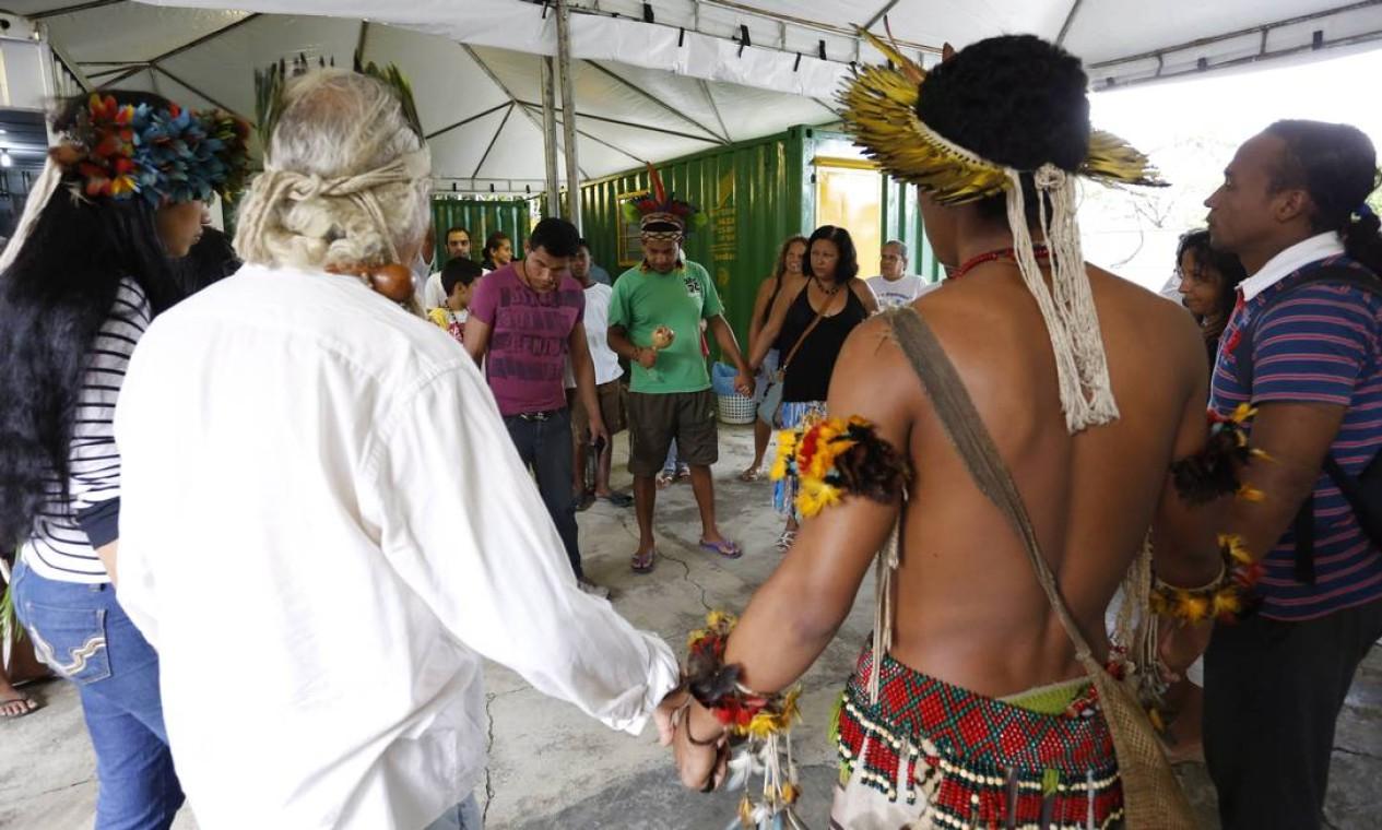 Indígenas fazem uma espécie de ritual na chegada ao alojamento em Jacarepaguá Foto: Mônica Imbuzeiro / Agência O Globo