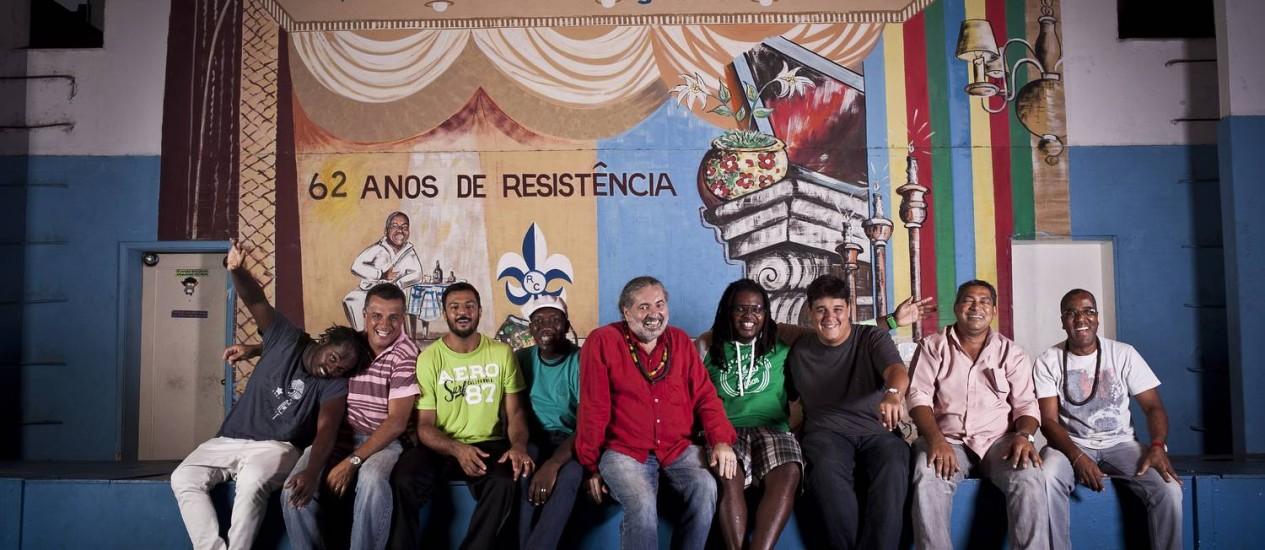 Moacyr Luz (de vermelho) e os músicos do Samba do Trabalhador: na labuta há oito anos Foto: Divulgação/Guillermo Giansanti