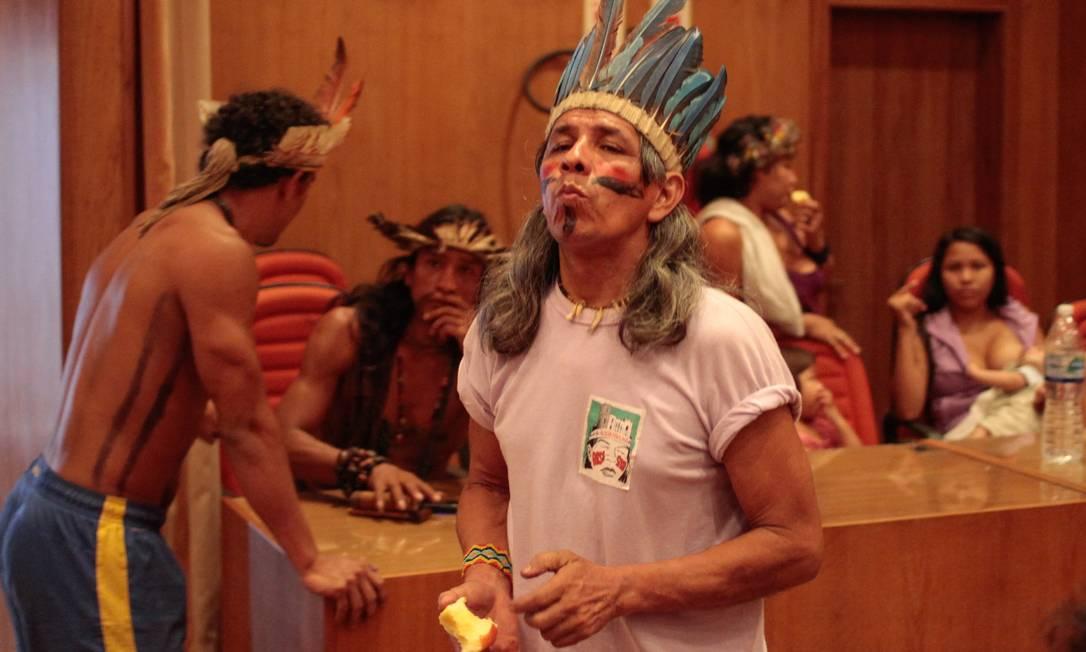 O indígena Urutau, da etnia Guajajara, que deixou sua tribo no Maranhão para vir estudar no Rio na década de 90 Foto: Pedro Kirilos / Agência O Globo