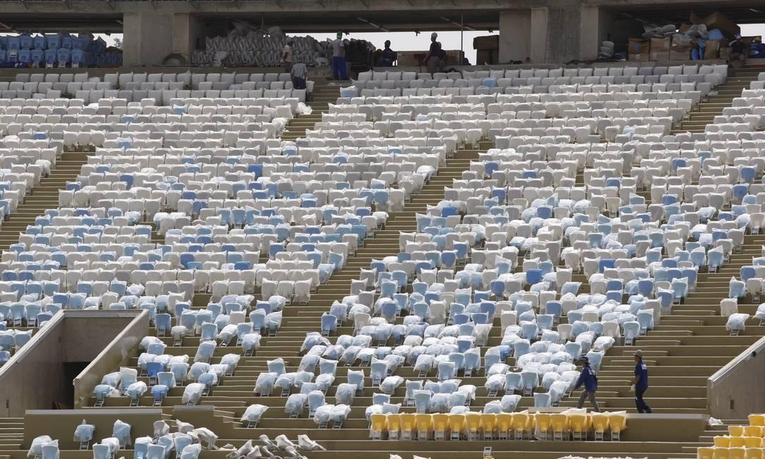 Arquibancadas aos poucos começam a ser cobertas pelas cadeiras Foto: Marcos Tristão / Agência O Globo