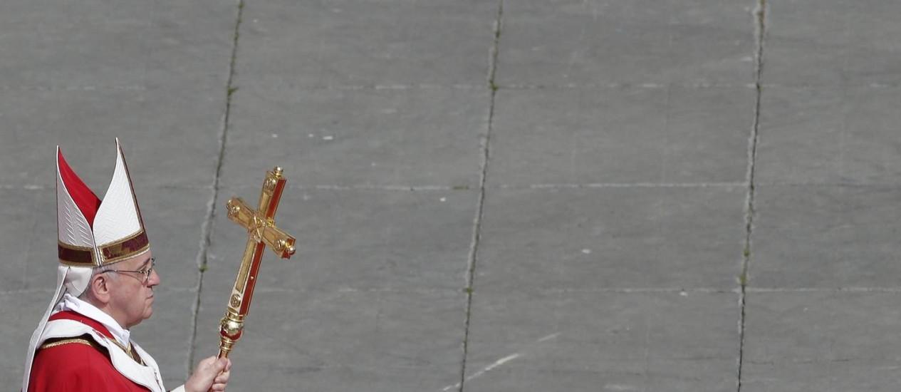 Papa Francisco caminha com a cruz na Praça São Pedro no Domingo de Ramos: ato em Copacabana, em julho, é confirmado pela Igreja Foto: Reuters