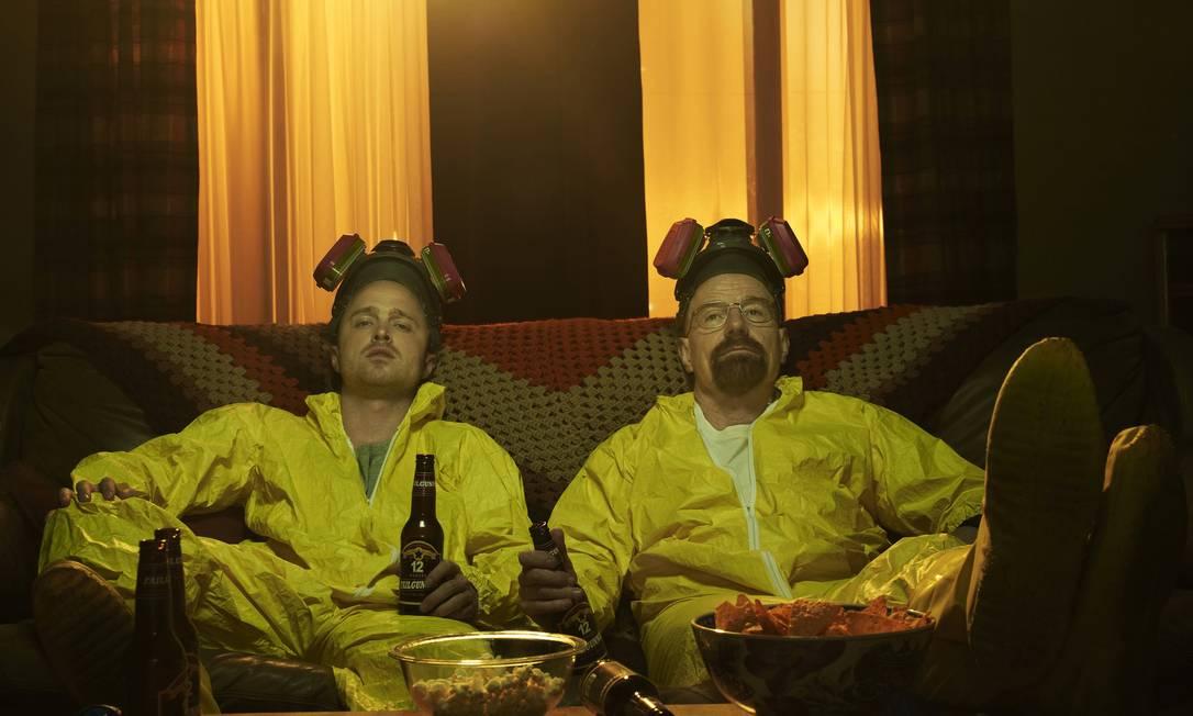 Aaron Paul e Bryan Cranston, os protagonistas de 'Breaking bad' Foto: Divulgação