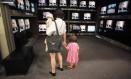 Pesquisa diz que crianças de cinco anos que assistem a mais de três horas de TV por dia têm tendência maior a comportamentos agressivos Foto: Agência O Globo