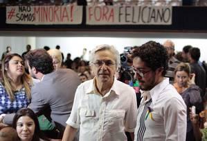 Caetano Veloso conversa com Jean Wyllys; ao fundo, Preta Gil fala com Marcelo Freixo na sede da ABI Foto: Pedro Kirilos / Agência O Globo