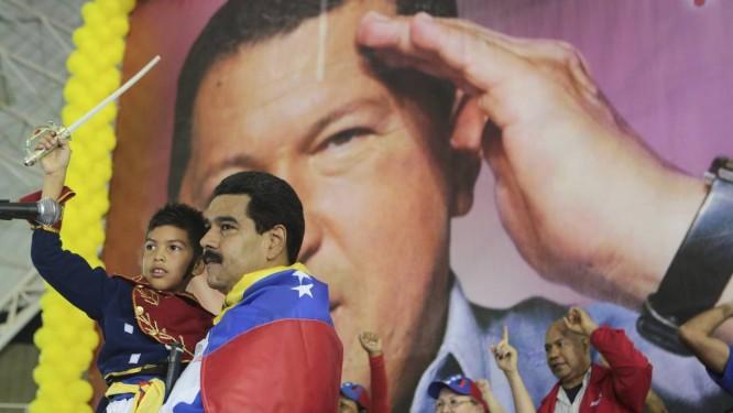 Maduro explora símbolos patrióticos e cartaz de Hugo Chávez em comício na Venezuela Foto: REUTERS