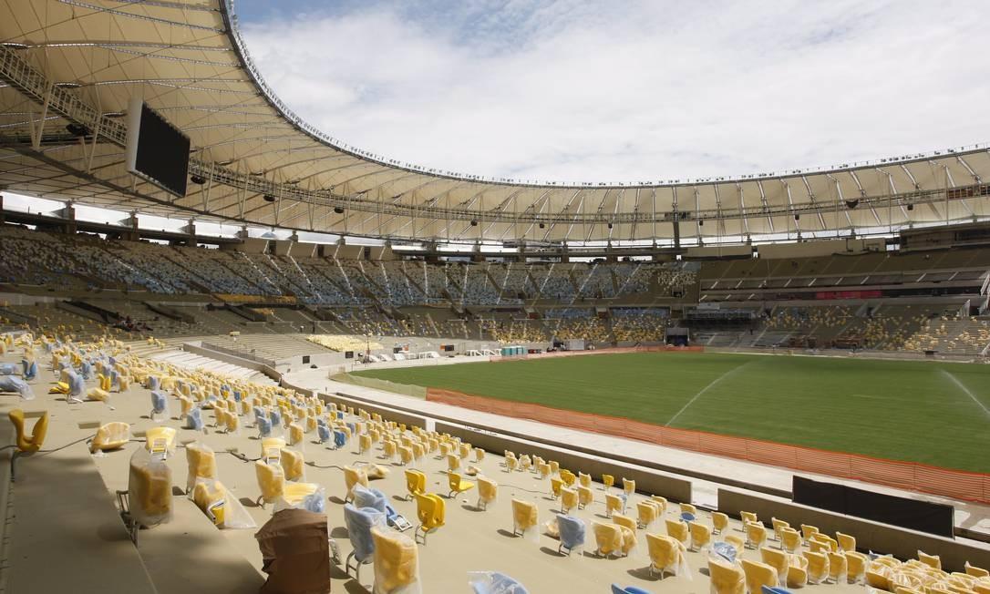 Parte das cadeiras instaladas no novo estádio do Maracanã Foto: Marcos Tristão / O Globo