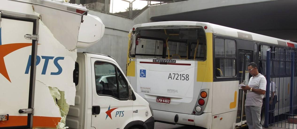 Acidente com caminhão e ônibus no Mergulhão da Praça Quinze Foto: Gabriel de Paiva / Agência O Globo