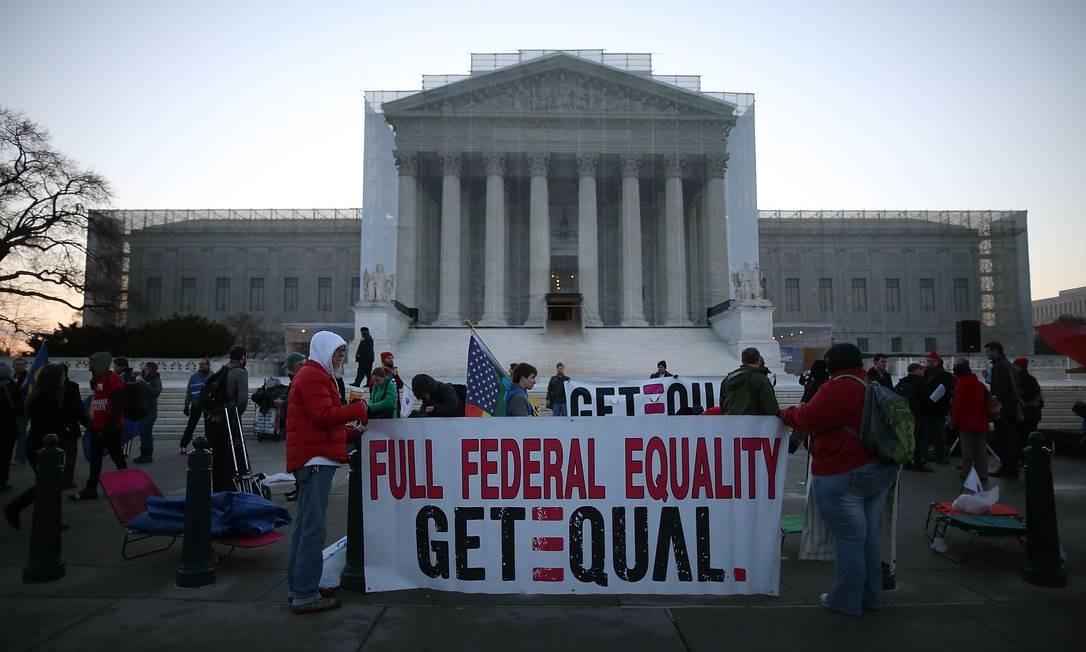Ativistas pelos direitos de homossexuais fazem manifestação em frente à sede da Suprema Corte do EUA, em Washington Foto: MARK WILSON / AFP