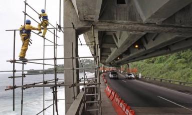 Operários trabalham na obra de recuperação do Elevado do Joá Foto: Márcio Alves / Agência O Globo