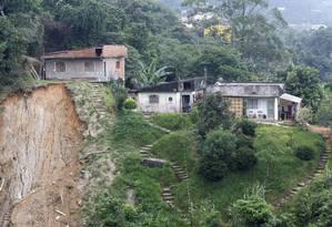 Moradias na beira de barranco: paisagem comum no bairro Quitandinha Foto: Marcos Tristão / O Globo