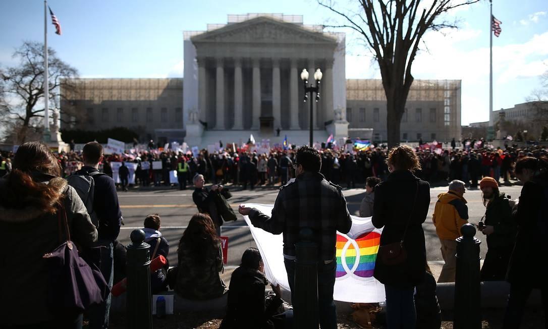 Manifestantes pelos diretos de homossexuais observam ativistas pela lei Doma do outro na da rua em Washington Foto: MARK WILSON / AFP