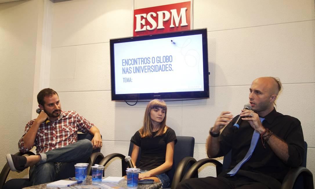 William Helal, editor da Formou!, Isadora Faber e o professor Klaus Denecke- Rabello Foto: Ana Branco / Agência O Globo