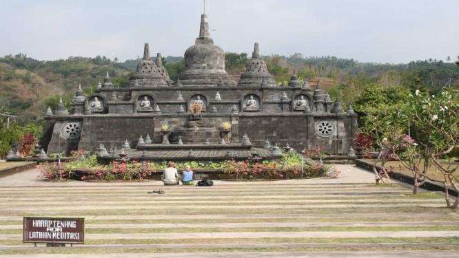 Jardins do Templo de Ulun Danu, às margens do Lago Bratan, em Bali Foto: Paula Autran / O Globo