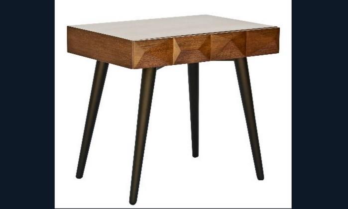 A mesa Bicos tem tampo de tauari tingido e pés em MDF com pintura em laca. Também pode ser feito em jequitibá, jatobá e eucalipto. Preço: R$ 961, na Área Útil Divulgação