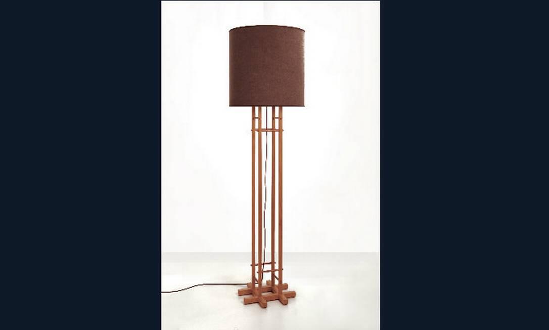 Luminária de piso Carimbó, feita de madeira tipo freijó, com detalhes de cobre natural, e cúpula de linho cor chocolate estonado. Preço sob consulta na Bertolucci Divulgação