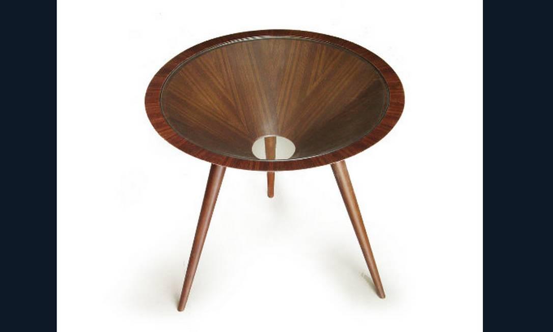 A mesa lateral Conem tem estrutura em madeira curvada em forma de cone, pés tipo palito e tampo de vidro. Preço: R$ 3.438, na Área Útil Divulgação