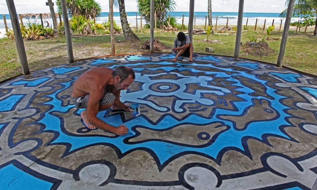 """Numa das cenas de """"Restless: Keith Haring in Brazil"""", o artista plástico Kenny Scharf (à esquerda) participa da recuperação do trabalho, feito em sua casa, em Serra Grande, no litoral baiano Foto: Divulgação"""