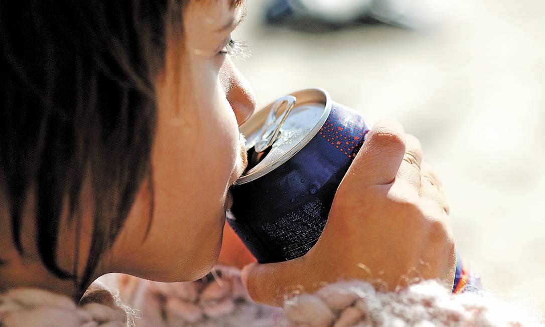 Nos anos 1970 e 1980, um litro de refrigerante servia uma família de quatro pessoas por um fim de semana; hoje são cerca de 94 ml por pessoa por dia, um aumento de 500% no consumo Foto: Latinstock