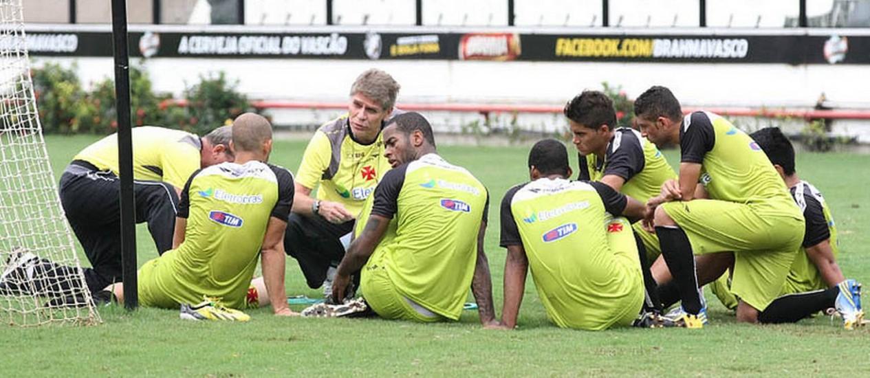O técnico Paulo Autuori conversa com jogadores em São Januário Foto: Divulgação / Vasco