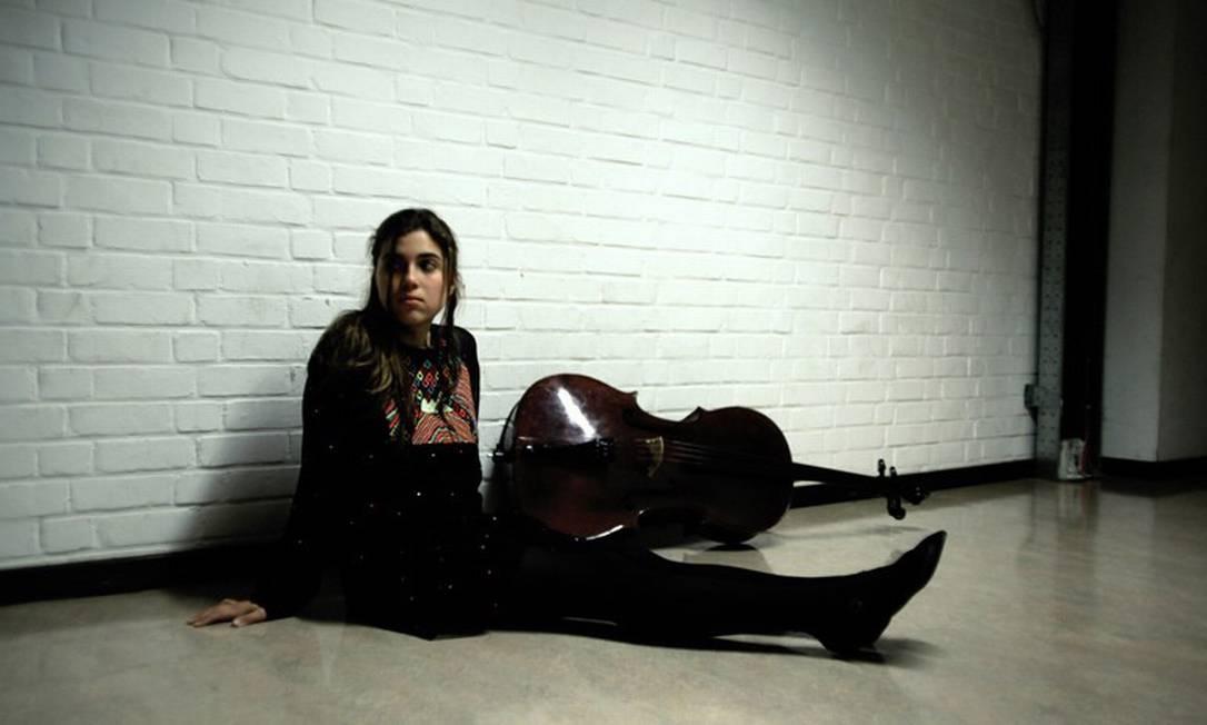 A violoncelista e cantora Dom La Nena lança seu primeiro disco Foto: Divulgação