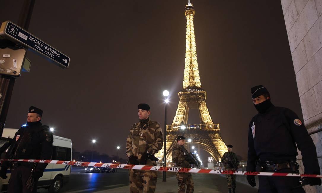 Policiais franceses evacuam Torre Eiffel Foto: THOMAS COEX / AFP