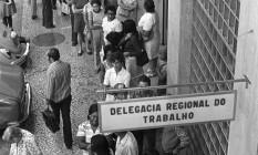 Longas filas nas delegacias de trabalho para tirar a carteira de trabalho Foto: Terceiro / Arquivo/8-5-1973