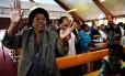 Centenas de pessoas se reuniram em uma Igreja de Soweto para orar por Mandela