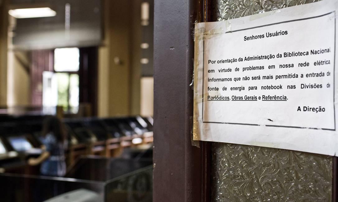 A sala de leitura da Biblioteca Nacional, com um aviso para os usuários sobre limitações de estrutura Foto: Guito Moreto / Agência O Globo