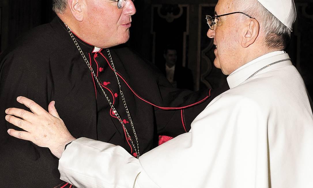 O arcebispo de Nova York, Timothy Dolan, cumprimenta o Papa: um continente só Foto: OSSERVATORE ROMANO / Reuters/OSSERVATORE ROMANO