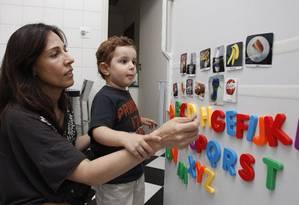 Silvia investe nos recursos visuais para facilitar a comunicação com o filho Tom, que já trocou passou por três escolas em apenas dez meses, por causa da falta de preparo das instituições de ensino Foto: Eliária Andrade