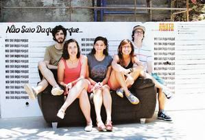 Estudantes da PUC e o primeiro muro do projeto m.o.r.o., para impedir remoção de moradores no Santa Marta Foto: Divulgação/m.o.r.o.