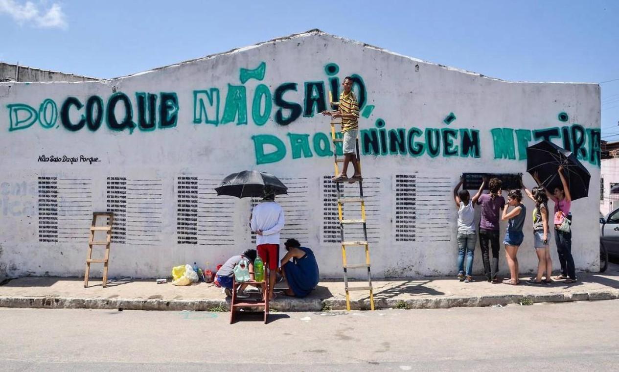 Em seguida, parte do grupo partiu para Recife para pintar um muro de 12m na comunidade carente do Coque Foto: Divulgação/Chico Ludermir