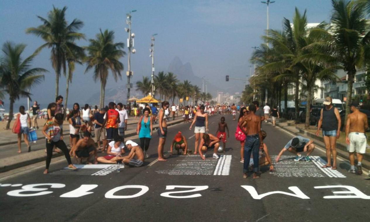 O coletivo NaRua faz sua arte interativa no asfalto, como na Avenida Vieira Souto, em Ipanema Foto: Divulgação/NaRua