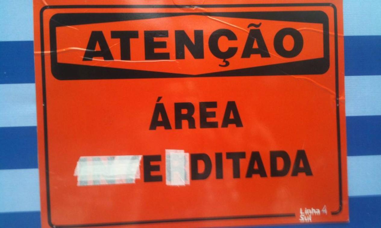 Até a placa de interdição das obras do metrô passou por uma intervenção artística Foto: Divulgação/NaRua