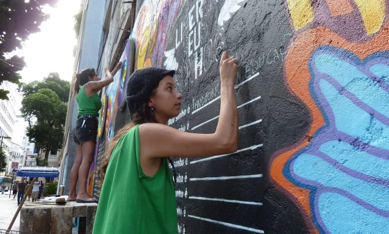 Gabriele Valente começou o projeto Liberte Seus Sonhos num muro da Rua Riachuelo, na Lapa Foto: Divulgação