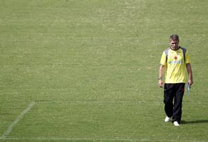 Paulo Autuori no treino do Vasco: técnico cobrou da diretoria fim do atraso nos salários dos jogadores Foto: Ivo Gonzalez / Agência O Globo