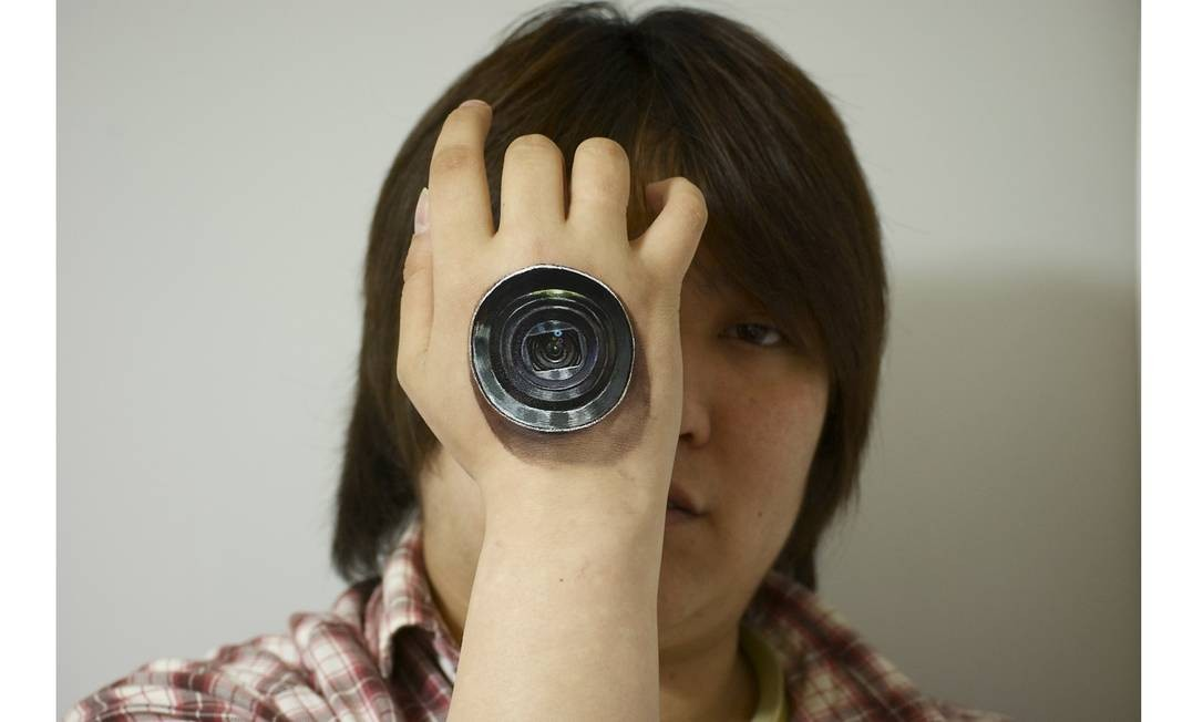 Lente fotográfica serve de olho, em obra da artista japonesa Hikaru Cho. Ela faz pinturas corporais em 3D, para que fiquem extremamente realistas Foto: Hikaru Cho / Reprodução da internet