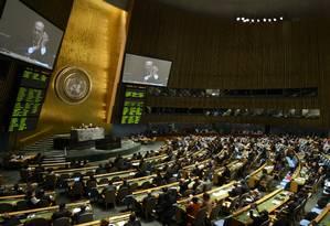 Delegados nas Nações Unidas aplaudem a aprovação do tratado para regular o mercado de armas convencionais, o primeiro no gênero Foto: TIMOTHY A. CLARY / AFP