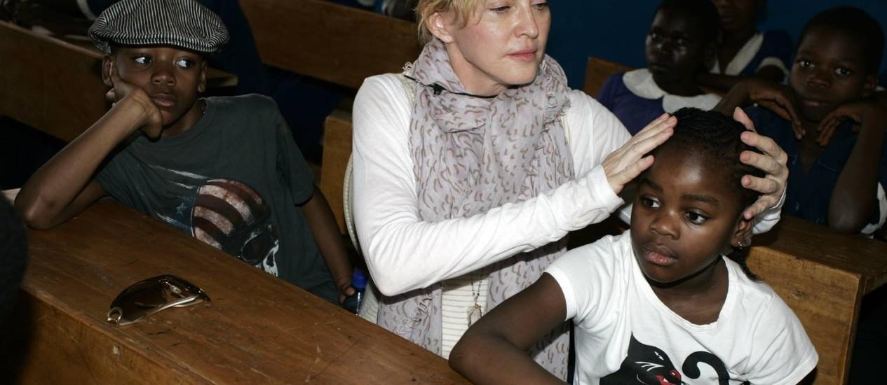 Madonna voltou ao Malauí com seus filhos David Banda e Mercy James, nascidos lá Foto: AMOS GUMULIRA / AFP